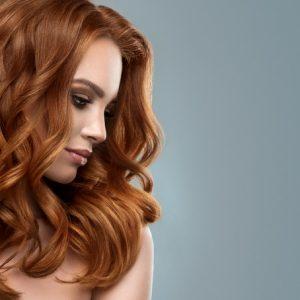 Peluca de color pelirrojo caoba rizada. Una peluca muy elegante, queda muy bonita esta peluca es un modelo muy solicitado, tiene un cabello sedoso, rizado y es muy cómoda de llevar. Tiene una mini raya que podemos difuminar para un efecto mas natural.