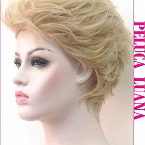 Peluca corta cabello natural. Tiene un peinado voluminoso totalmente hacia atràs incluidos los laterales y la parte trasera, dándole un toque sofisticado e informal.