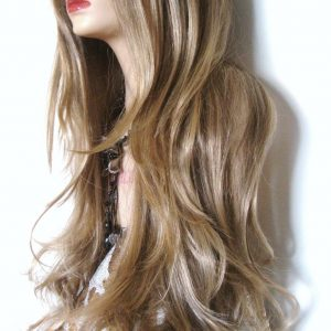 pelucas Monica en liquidación, larga 65 cm, de corte a capas con flequillo, ligeramente ondulada. Una peluca muy elegante, queda muy bonita esta peluca