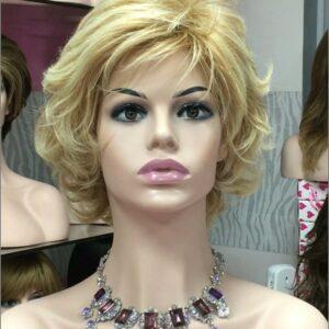 peluca elegante media melena Akila una peluca moldeable con lo cual podemos cambiar el peinado con varios estilos distintos . Ahora puedes cambiar de look en segundos ahorrándote en la peluquería. Peluca con volumen realista. Esta peluca tiene un toque moderno, pero con una línea elegante