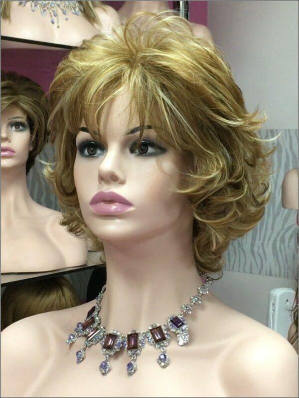 pelucas cortas indetectables realistas. Peluca con volumen, tiene un peinado clásico y elegante. Está muy solicitada por personas con importante perdida de cabello, o porque lo tengan muy fino, por su volumen.