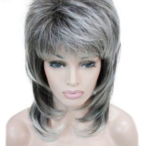 peluca gris mechas flequillo, peluca a capas, peluca que resiste el calor hasta 130º es de color gris claro con mechas, media melena con flequillo y volumen