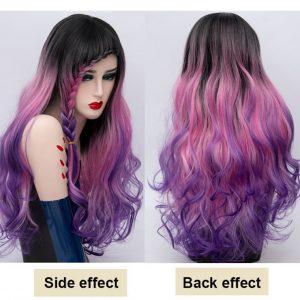 pelucas de colores fantasia. Peluca en tonos púrpura, onduladas, cómoda de llevar, fácil de mantener se lava con champú suave neutro y se le aplica acondicionador. Lleva unas cintas elásticas para que se ajusten a tu tamaño de cabeza y no se mueva