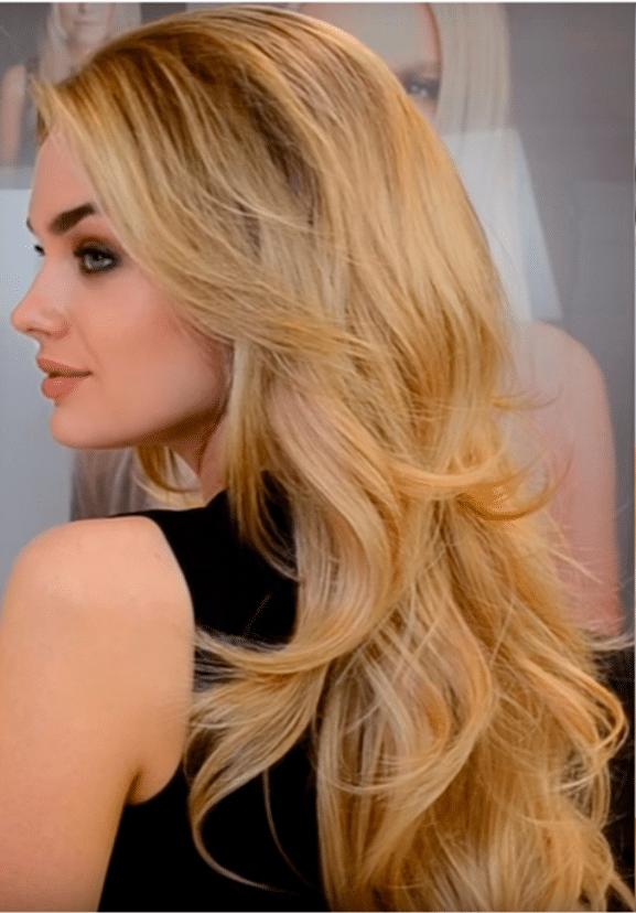 media peluca prótesis capilar mujer. El peinado es elegante con suaves ondas dando un estilo a la vez elegante y atractivo. En el video se muestra la forma de colocarse esta media peluca.