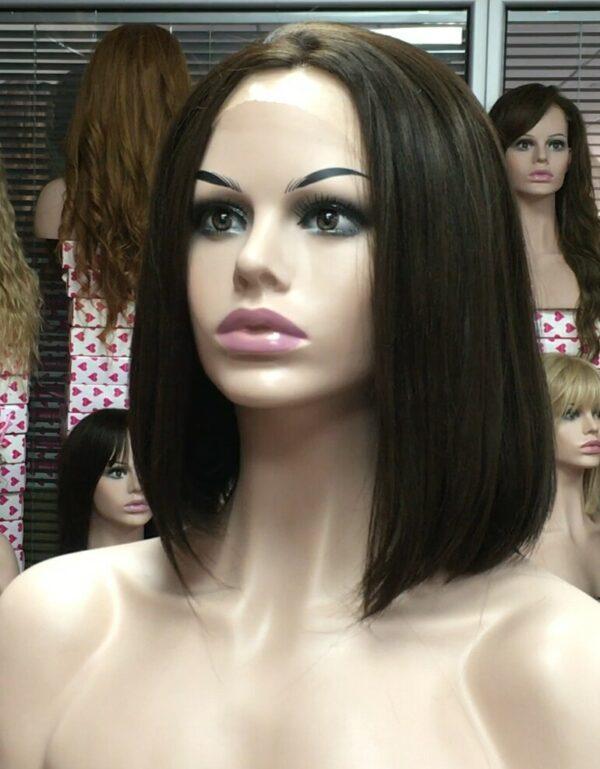 Peluca de encaje natural realista Eva es una peluca que pertenece a un estilo muy solicitado. Peluca de encaje natural realista. Una peluca con lace front, muy bonita de peinado, flequillo largo.