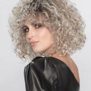 peluca alta calidad rubia. La peluca modelo Disco de la colección Perucci de Ellen Wille. (Podrás pagarla a plazos). Es una melena hasta los hombros con un rizo muy natural, con volumen , con un color rubio natural con diferentes matices y reflejos naturales. Está fabricada de fibra de la mas alta calidad, resistente al calor, el cabello es especialmente flexible, suave con movimiento natural. La peluca modelo Disco. peluca alta calidad rubia.