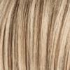 La mezcla de castaño claro y rubio medio ceniza con raíces de color marrón claro