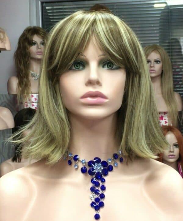 Peluca modelo Pepi calidad. Su peinado se caracteriza por ser una melena corta. Elmaterial es de fibra de primera calidad, se ve y se siente como cabello humano.