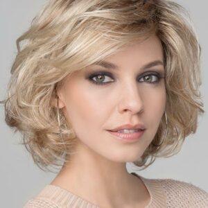 Peluca Wave Delux te hara sentir glamurosa. Una peluca ondulada de moda. Una peluca de lujo con perfectos acabados. El largo es justo por encima del hombro, peinada en capas, tiene un acabado suave, es una peluca informal y favorecedora