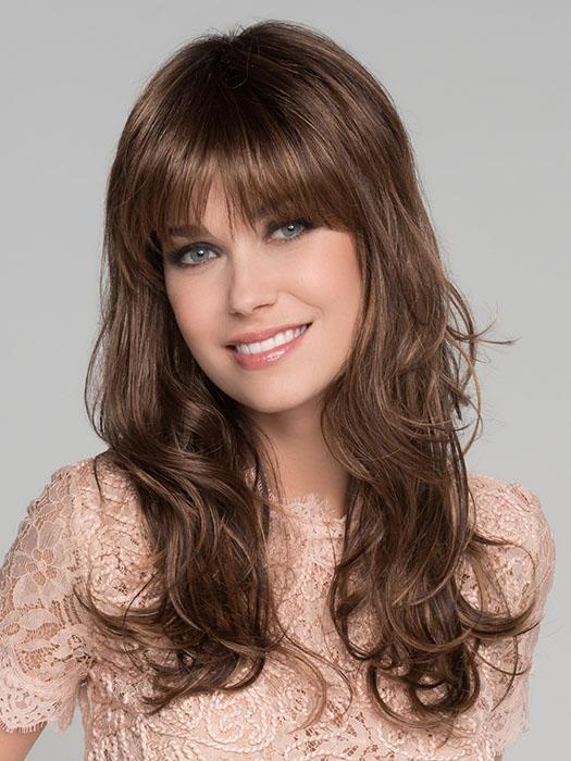 Peluca larga a capas ondulada. Esta peluca cuenta con una corona de monofilamento. La peluca Pretti es de la colección Hair Power Ellen Wille.